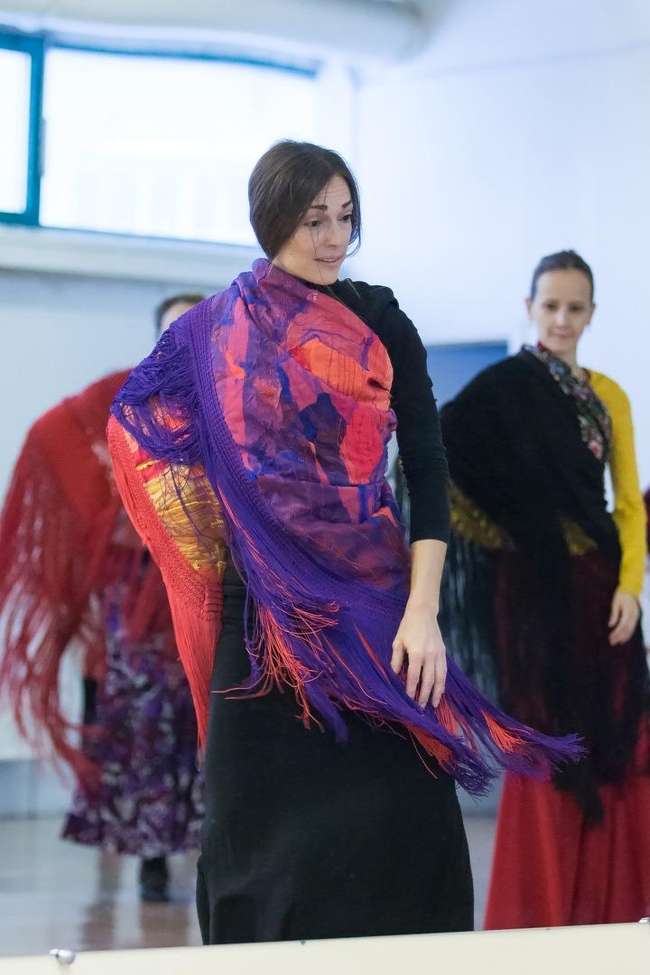 Mónica Vázquez en clases de flamenco-técncia de mantón