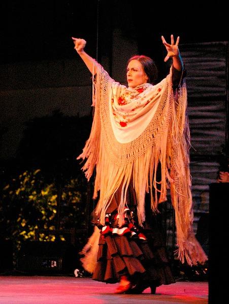 Monica-Vazquez-baila-flamenco-con-manton