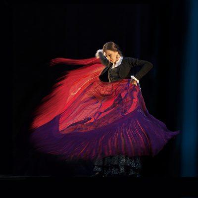 Monica-baila-flamenco-con-un-manton-hecho-por-ella